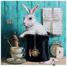 Картины петербургской художницы Марии Павловой словно живут ожиданием чуда.Кролик, отдыхающий в шляпе фокусника, через мгновение станет звездой циркового номера.