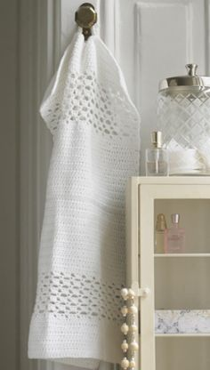 Hæklet gæstehåndklæde | Familie Journal Crochet Kitchen Towels, Crochet Towel, Diy Crochet, Crochet Stitches, Crochet Patterns, Drops Design, Chrochet, Washing Clothes, Crochet Projects
