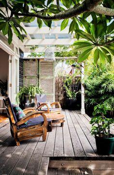 Holzbodenbelag mediterraner Stil bequeme Sessel Holz viel grün