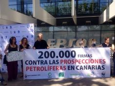 Acabamos de entregar en la sede de Repsol las 200.000 firmas de #SaveCanarias. Prospecciones NO, renovables SÍ! pic.twitter.com/jQ46rDx6wb