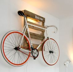 Amazing space-saving bike storage ideas your garage for small room and apartments. These indoor bike storage solutions are for pedal pushers who can't part with their bike. Amazing space-saving bike storage ideas your garage for small room and Indoor Bike Rack, Indoor Bike Storage, Bike Storage Rack, Wall Mounted Bike Storage, Wood Storage, Wooden Pallet Projects, Wooden Pallet Furniture, Wooden Pallets, Wood Sofa