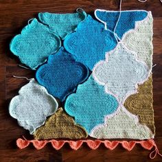 Crochet Blanket Find this pattern, based on mixing simple geometric prints in nursery decor HERE ❤️❤️❤️ Crochet Home, Cute Crochet, Crochet Crafts, Crochet Yarn, Crochet Stitches, Crochet Projects, Joining Crochet Motifs, Crochet Blocks, Crochet Squares
