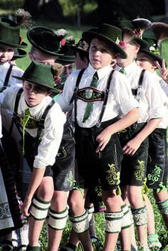 Buben des Trachtenvereins Schaftlach-Piesenkam in traditioneller Miesbacher Tracht