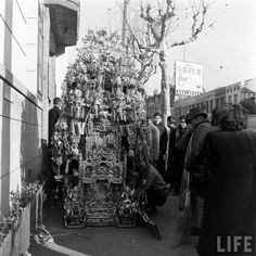 PIN108_Funeral Ceremony in January 1948. Billboard Advertising 無韵牌車胎 (tyre) in the background.