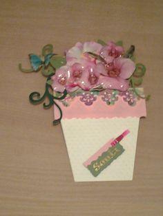 Biglietto di auguri. Vaso con fiori estraibili . I fiori sono stati creati con la tecnica del sospeso trasparente (versione chiusa)