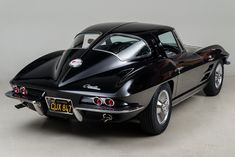 1963 chevrolet corvette stingray is a muscle car showing it's perfect style and black beauty. Chevrolet Corvette Stingray, Old Corvette, Corvette Summer, Car Polish, Us Cars, Vintage Cars, Cool Cars, Classic Cars, Automobile