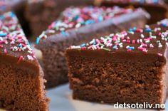 Dette er en stor kake som rekker til mange. Rømme gjør kaken myk og saftig.