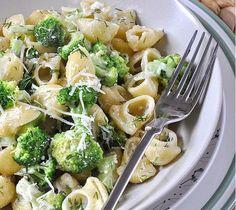 těstoviny s brokolicí a sýrem Tomato Pasta Salad, Cherry Tomato Pasta, Roasted Cherry Tomatoes, Greek Recipes, New Recipes, Healthy Recipes, Healthy Food, Pasta Recipes, Cooking Recipes