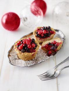 Valitse oman makusi mukaisia marjoja ja leivo ihania juustokakkusia. Ohje sijaitsee täällä: www.dansukker.fi/fi/resepteja/juustokakkuset.aspx #juustokakkuset #leivonta #resepti #ohje #joululeivonnaiset Bruschetta, Cheesecakes, Pie, Ethnic Recipes, Desserts, Crowns, Food, Coffee, Table