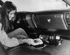 -retro: A woman loads an Eight-Track Tape in car stereo, 1973 © Bettmann