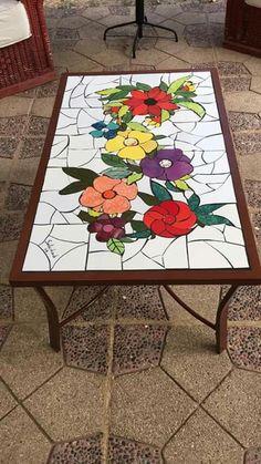 Mosaico realizado pelo atelier cacos do Ofício.Mosaico produzido no ateli& MosaicatoMosaico Beginning a mosa Pebble Mosaic, Mosaic Wall, Mosaic Glass, Mosaic Crafts, Mosaic Projects, Mosaic Designs, Mosaic Patterns, Mosaic Coffee Table, Mosaic Tables