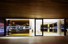 OHLAB juega con efectos ilusorios dorados en la nueva tienda de Relojería Alemana en Mallorca.El estudio madrileño de arquitectura OHLAB, dirigido por Paloma Hernaiz y Jaime Oliver, se ha encargado del diseño de la que es ya la quinta tienda de la legendaria Relojería Alemana de Mallorca, una joyería con más de un siglo de historia que acaba de inaugurar un nuevo espacio en Port Adriano, el puerto deportivo del Oeste de la isla recientemente diseñado por Philippe Starck.