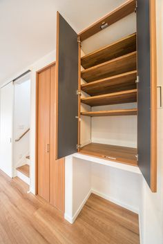 パントリー収納を開けると可動式の収納棚。奥行は450㎜あるのでたくさん収納できます Converted Barn, Cat Feeding, Shoe Closet, Shelves, Storage, Wall, Kitchen, House, Inspiration