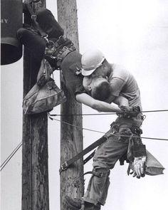 """""""Kiss of Life"""", vencedora do Prêmio Pulitzer de 1968 A foto de Rocco Morabito, vencedora do Pulitzer de 68, mostra o operário JD Thompson, suspenso em um poste, fazendo respiração boca-a-boca no colega de trabalho Randall G. Champion, que estava inconsciente e pendurado de cabeça para baixo depois de entrar em contato com uma linha de alta tensão. Champion sobreviveu e viveu até 2002, quando morreu de insuficiência cardíaca com 64 anos. Thompson ainda está vivo."""