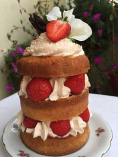 Naked Cake Fraises-Hibiscus | Cyrielle gourmandise Mai, Hibiscus, Desserts, Strawberries, Greedy People, Everything, Flowers, Tailgate Desserts, Deserts