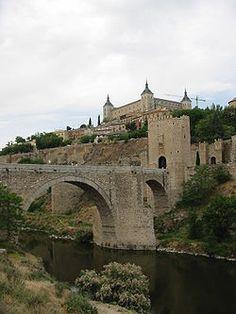 El Alcázar de Toledo y el puente de Alcántara sobre elTajo..........La ciudad histórica de Toledo fue declarada Conjunto histórico-artístico en 1940, posteriormente la Unesco le concedió el título de Patrimonio de la Humanidad en 1986.
