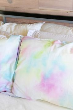 DIY This! Watercolor Pillowcases that Match your Decor DIY This! Watercolor Pillowcases<br> Make your own DIY pillowcase for your bedroom or living room with a pretty watercolor pattern using any tie dye kit! Tie Dye Bedroom, Diy Tie Dye Room Decor, Diy Tie Dye Bedding, Tie Dye Kit, Tie Dye Crafts, Tie Dye Techniques, How To Tie Dye, Tie Dye Shirts, Band Shirts
