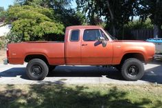 This 1973 Dodge 4×4 features a 360 V8, front disk brakes, the cool early extended cab design. I always like these trucks