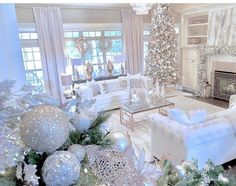 100 Elegant Christmas Decorations Which Defines Sublime & Sophisticated - Hike n Dip Give your Christmas home the elegant touch. Here are Elegant Christmas Home Decor ideas. These Christmas decors are simple, DIY Decors which you can do. Christmas Interiors, Christmas Living Rooms, Christmas Room, Christmas Tree Themes, Cozy Christmas, Christmas Tree Decorations, Christmas Mantles, Christmas Villages, Victorian Christmas