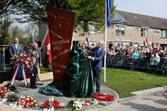 Giessenburg, 2 mei 2015: Prof.mr. Pieter van Vollenhoven onthult het vliegeniersmonument WOII. Het monument is een blijvend gedenkteken aan de bemanning van zes geallieerde vliegtuigen die tijdens de Tweede Wereldoorlog zijn neergestort op het grondgebied van de huidige gemeente Giessenlanden.