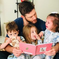 Jensen Ackles reading to his kids (L-R) Zeppelin, JJ, and Arrow (June Jensen Ackles Family, Jensen Ackles Supernatural, Supernatural Fandom, Jensen Ackles Brother, Supernatural Pictures, Ft Tumblr, Getting Up Early, Family Goals, Dean Winchester