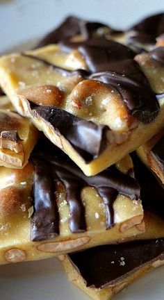 Crunchy, sweet and delicious, this chocolate cashew brittle is perfect with both the sweetness and the saltiness together in one. Super easy to make, super delicious to eat. Yummy Treats, Delicious Desserts, Sweet Treats, Cashew Brittle, Baking Quotes, Candy Bark, Good Food, Yummy Food, Cheese Lover