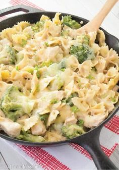 Chicken, Broccoli, & Pasta Skillet Casserole - Ready in 30 minutes, this is a great recipe for those busy nights when you find yourself wanting something quick and easy, but also tasty! Chicken Broccoli Pasta, Chicken Pasta Recipes, Chicken Soup, Grilled Broccoli, Fresh Broccoli, Skillet Chicken, Bow Pasta Recipes, Chicken Pasta Easy, Baked Chicken