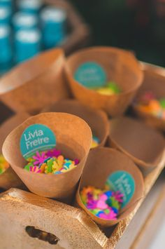 Confetes de vários formatos e cores para alegrar a saída dos noivos!