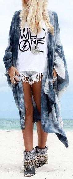 Short de denim, remera sin mangas y una túnica. Más que suficiente más tener mucha onda en la costa y en la ciudad