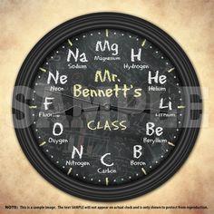 Una única tabla periódica de reloj de pared decorativo personalizado de elementos químicos. Una gran adición a cualquier hogar, escuela u oficina. También hace un gran regalo para cualquier maestro o profesor. Reloj mide 8,78 pulgadas de diámetro x 1.5 pulgadas de profundidad. Caso plástico negro no tóxico con manos negras y frente de vidrio claro. Suspensión incorporada en la parte posterior. NUEVA condición. Requiere 1 pila AA (no incluida). CÓMO PERSONALIZAR: Por favor incluya el…