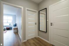 Wystrój wnętrz - Hol / przedpokój - pomysły na aranżacje. Projekty, które stanowią prawdziwe inspiracje dla każdego, dla kogo liczy się dobry design, oryginalny styl i nieprzeciętne rozwiązania w nowoczesnym projektowaniu i dekorowaniu wnętrz. Obejrzyj zdjęcia! Apartment Interior Design, Interior Design Living Room, Living Room Designs, Wooden Door Design, Cozy Living Rooms, Staircase Design, House Design, Home Decor, Sliding Doors