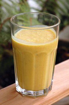 Turmeric and Ginger Smoothie 1 ripe banana – teaspoon turmeric teaspoon ginger** cup Yogurt 1 tablespoon Coconut oil teaspoons Lemon Juice Maple syrup or honey raw egg yolks Pinch of salt Turmeric Smoothie, Juice Smoothie, Smoothie Drinks, Healthy Smoothies, Smoothie Recipes, Healthy Snacks, Healthy Eating, Nutritious Snacks, Coconut Smoothie