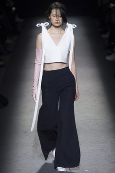 Jacquemus Fall 2016 Ready-to-Wear Fashion Show - Hyun Ji Shin Fashion Week 2016, Runway Fashion, Fashion Show, Fashion Looks, Fashion Outfits, Fashion Design, Women's Fashion, Vogue Paris, Normcore Fashion