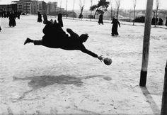 """Ramón Masats """"Seminaristas jugando al fútbol"""".   Premio Nacional de Fotografía en 2004"""
