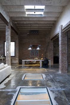 <p>Not a typical Spanish interior design here in this Barcelona loft. Today's TrendHome is an old printing factory turned into industrial American style loft. The 8,600 Sq ft, two story space wa