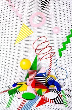 Ces natures mortes de compositions de formes géométriques sont l'oeuvre de l'espagnol Álvaro Peñalta avec Natxo Ramón et Mariano Bascuñana. Intitulée «Points«, la série s'inspire des couleurs et des formes du mouvement Bahaus avec une photographie très soignée qui utilise des éléments fabriqués à la main.
