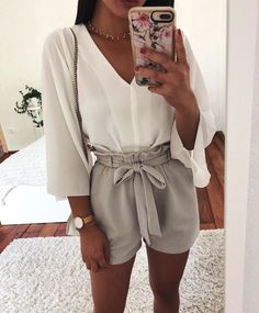 Great Top Blanches Manches Col V Short Beige/Gris - Women Fashion Ideas Funny Outfits, Cute Casual Outfits, Cute Summer Outfits, Spring Outfits, Preppy Outfits, Casual Shorts, Summer Dresses, Holiday Outfits, Beige Shorts Outfit