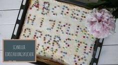 Ein einfacher Einschulungskuchen ist der Buchstabenkuchen. Dabei handelt es sich um einen saftigen Zitronenkuchen, der mit Smarties verziert wird.
