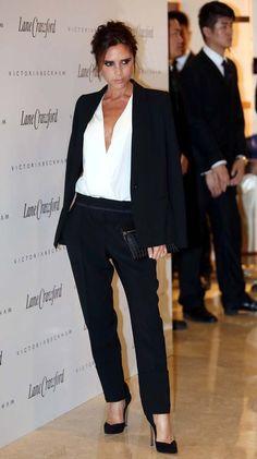 """""""Lo de Victoria Beckham con los trajes sastre es auténtica pasión. Un look de su propia colección, acertado y muy femenino, con el que se cuela en la lista de aciertos."""""""