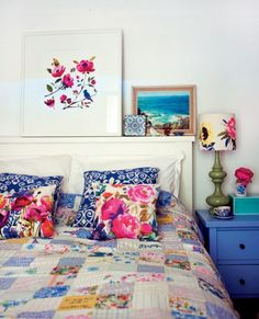 I'm pinning this for the pretty quilt! Home and Garden: 30 chambres de rêve ! Home Bedroom, Bedroom Decor, Bedroom Apartment, Master Bedroom, Design Bedroom, Floral Bedroom, Floral Bedding, Colourful Bedroom, Bedroom Colours