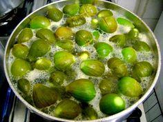 cozinhando figos verdes para fazer figo em calda
