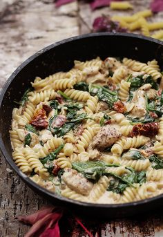 Pasta with chicken, sun-dried tomatoes and spinach - Obiad - niedziela - Makaron Sundried Tomato Chicken, Chicken Pasta, Helathy Food, Vegetarian Recipes, Healthy Recipes, Dried Tomatoes, Diet And Nutrition, Spinach, Meal Planning