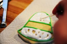 Pioneer Woman-Great cookie icing recipe and tutorials for outlining and flooding