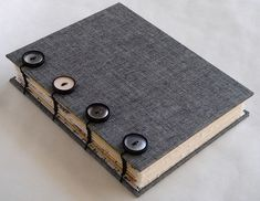 elvie studio: button coptic - tweed looking bookcloth and vintage buttons Handmade Journals, Handmade Books, Handmade Notebook, Journal Covers, Book Journal, Mini Albums, Bookbinding Tutorial, Bookbinding Ideas, Paper Book
