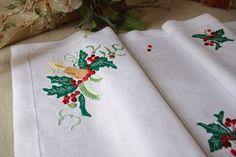 BORDADO MADEIRA PARA O NATAL!! Neste desenho temos disponível: argola de garrafa, pano para o cesto do pão, pano para bandeja e centros de mesa. www.bordal.pt #christmas #handmade #madeiraembroidery
