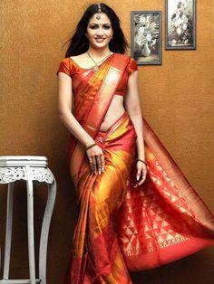 Kanjivaram Saree from South of India. Description by Pinner Mahua Roy Chowdhury Indian Silk Sarees, Indian Beauty Saree, Indian Attire, Indian Ethnic Wear, Saris, Indian Dresses, Indian Outfits, Indian Clothes, Kanjipuram Saree