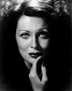 MOMMIE DEAREST, Faye Dunaway, recereating an early 1930s photo of Joan Crawford, 1981, ©Paramount