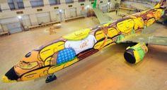 I gemelli Os Gemeos sono stati assoldati dalla GOL Airlaines per dipingere il Boeing della nazionale brasiliana per i Mondiali di Calcio 2014