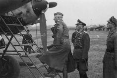 El Mariscal de campo Erich von Manstein junto a un Messerschmitt Bf 110