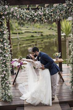 Casamento bem animado e rústico à beira da lagoa no interior de São Paulo – Lais Wedding Dresses, Wedding Website, Wedding Favor Crafts, Outdoor Ceremony, Groom Shoes, Groom And Groomsmen, Barns, Interiors, Bridal Dresses
